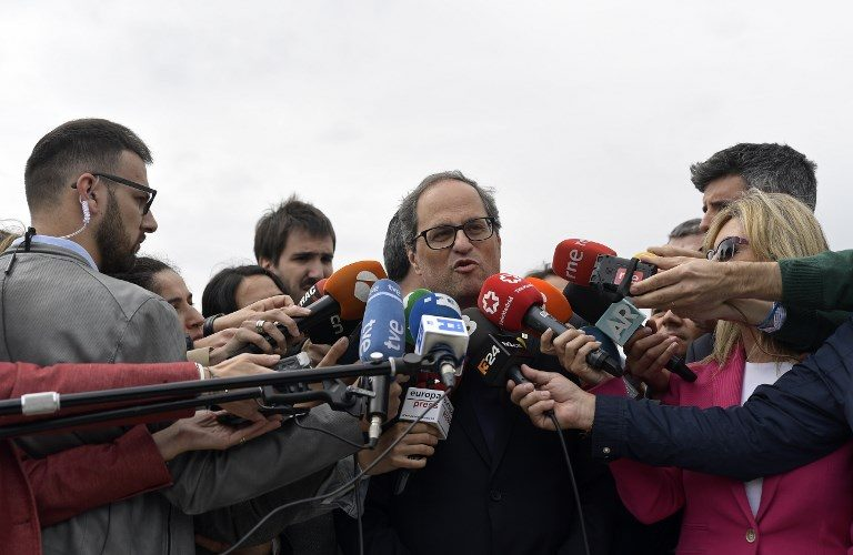 Newly appointed Catalan president Quim Torra (C) speaks to the press after a visit to jailed Catalan separatist politicians at the Estremera jail near Madrid on May 21, 2018. / AFP PHOTO / OSCAR DEL POZO