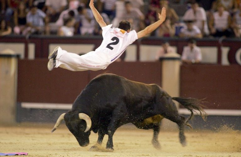 """A Spanish """"recortador"""" jumps over a bull, during a show 24 July 2005 at """"Las Ventas"""" in Madrid.   AFP PHOTO  Samuel Aranda  / AFP PHOTO / SAMUEL ARANDA"""