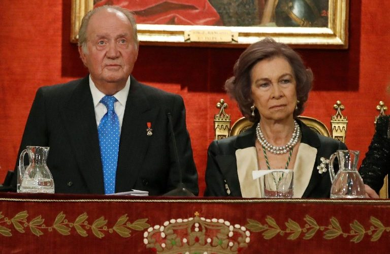 Spain´s former King Juan Carlos I and Queen Sofia attend a ceremony to celebrate his 80´s birthday at the Spanish Real Academy of History in Madrid on March 5, 2018.  / AFP PHOTO / POOL / JuanJo Martín