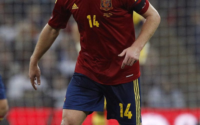 Spain's Xabi Alonso runs with the ball during their international friendly soccer match against England at Wembley Stadium in London, November 12, 2011. REUTERS/Darren Staples (BRITAIN - Tags: SPORT SOCCER)